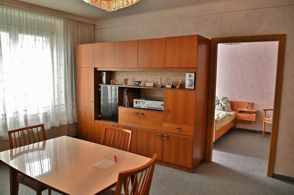Wohnzimmer, Schlafzimmer, Küche, großer Vorraum, kleiner Vorraum, Bad, WC